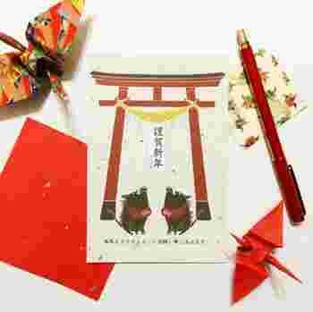 和紙のような背景に、狛亥が描かれている年賀状。新年のおめでたい雰囲気が伝わる一枚です。ポップすぎないデザインなので、どんな方にも送れそうですね。