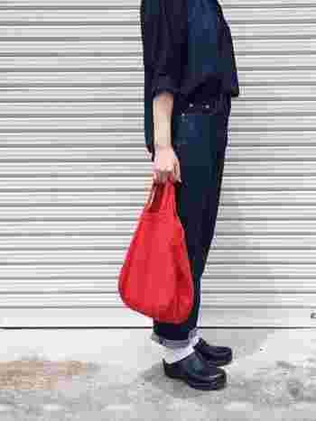 インディゴデニムの同系色コーデには、ワンポイントでハッと目を引く赤いバッグを合わせて。スニーカーではなく、サボを合わせて、ソックスを見せると乙女感がアップしますよ。デニムの青、バッグの赤、ソックスの白のトリコロールコーディネートです。