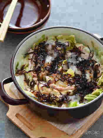 こちらのレシピでは「白菜×豚バラ」のミルフィーユの上におもちと塩昆布をのせています。ごはんが進みそうですね!
