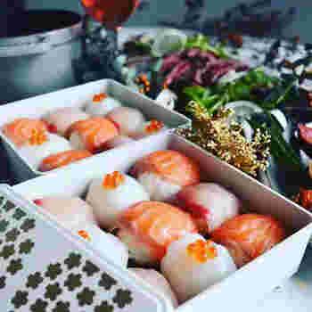新鮮なはまちは、お刺身で楽しむのが基本ですが、お寿司にするのもいいですね。江戸前の握りもよし、可愛らしく手毬寿司にするのもよし。はまちの脂が、爽やかな酢飯とよく合います。