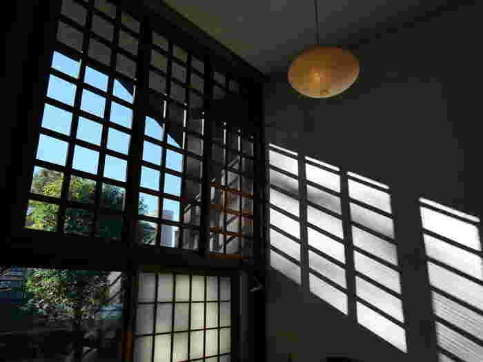 南側の壁は上から下まで丸ごと窓になっているので、非常に解放感にあふれた明るい空間になっています。大きな窓から光が入り、その明るさは想像以上です。和紙を使った照明は彫刻家、イサム・ノグチのデザインです。