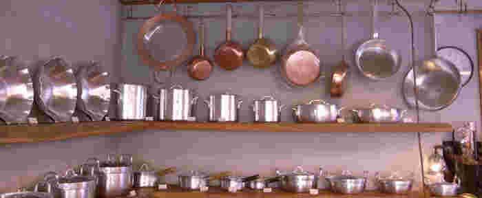 「鍛金工房 WEST SIDE33」の職人・寺地茂さんは京都の老舗「有次(ありつぐ)」で鍋を作ってきた方。その寺地さんのブランドとあって、プロの料理人から愛されています。お値段も有次よりもリーズナブルということで、主婦からも人気。