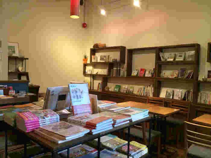 こちらは書肆侃侃房という出版社がプロデュースをしていて、お店では自由に出版された本を読めますし購入することも出来るんです♪