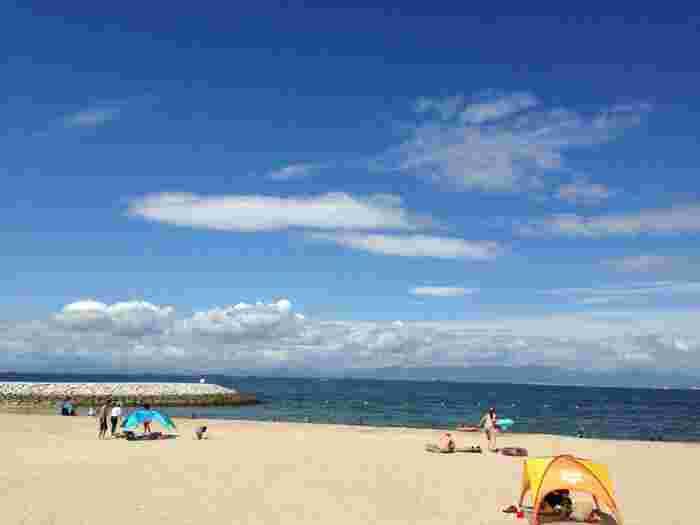 常滑りんくうビーチは、常滑市のりんくうエリアにある白砂の美しいビーチです。ここでは、抜けるような青空、空に浮かぶ白い雲、紺色に輝く伊勢湾が融和した絶景を楽しむことができます。また常滑りんくうビーチでは、季節によっては海水浴ができるほか、バーベキューをすることができます。