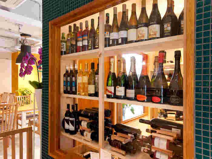 店内のインテリアのひとつとなっているウォークインセラーには、100種類以上のワインが取り揃えてあります。ソムリエが厳選したワインの中には、イタリア人でも知る人ぞ知る希少なものも多く含まれているそう。 ワイン好きもビギナーも、それぞれが楽しめるとっておきのワインに出会えそうですね。