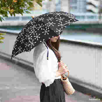 シックな雪の結晶のデザインが魅力の日傘は、見た目にも涼しげ。全身をモノトーンコーデでまとめても素敵ですし、Tシャツ×デニムのカジュアルスタイルにも馴染みます。  紫外線防止加工を施したしっかりと厚みのある生地は、突然の雨にも対応◎晴雨兼用の優秀な日傘です。こちらも、長傘と折りたたみ傘の2タイプから選べます。