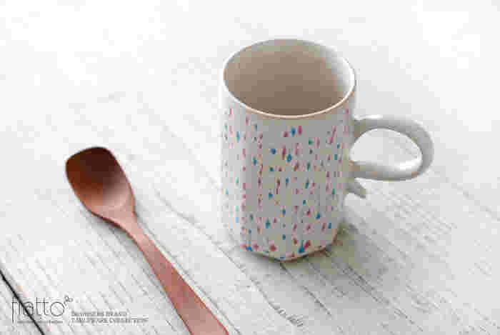 カップの全面には、小さな雫たちが描かれています。食後のコーヒーを淹れてゆっくりと楽しんだり、穏やかな時間が過ごせそう。
