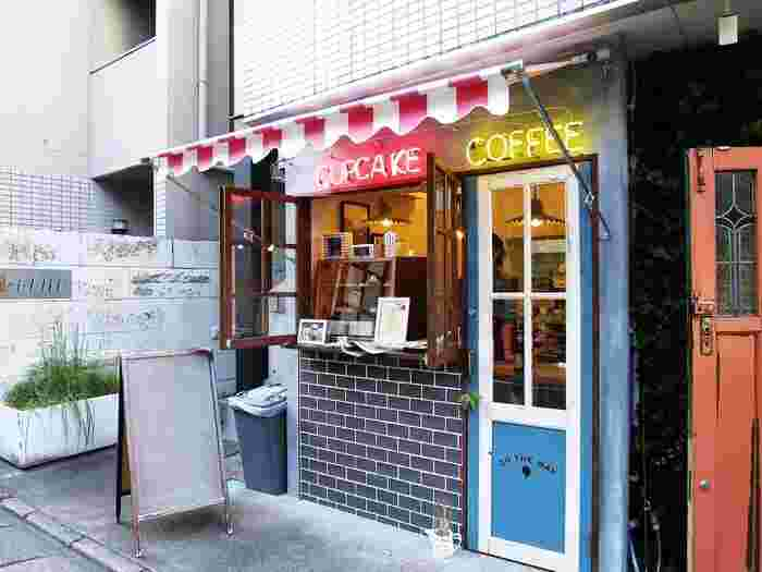 POPな外観が目印のコーヒースタンド「ON THE WAY(オンザウェイ)」。オーナーの福田晋吾さんはオーストラリアのコーヒー文化に魅せられて、現地のカフェで働いた後、2015年に日本で自身のお店をOPENさせました。時間のない時にでもちょっと寄り道したくなる、海外の空気感を感じられるお店です。