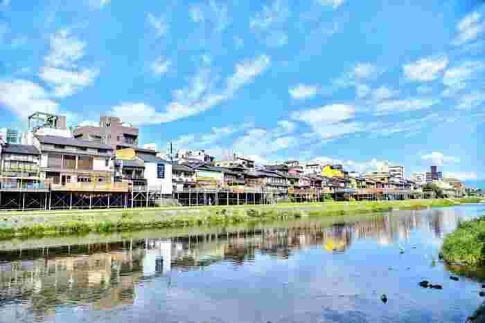 京都の夏の風物詩でもある納涼床・川床。鴨川や貴船などのエリアで5月から楽しめますが、食中毒などの心配から鴨川でランチが楽しめるのは、5月と9月だけ。9月は残暑厳しい年もありますので、5月に訪れるのが◎特にランチはお財布に優しいお値段で人気店の味が楽しめるので、興味がある方はお出かけ前にチェックしてみましょう。