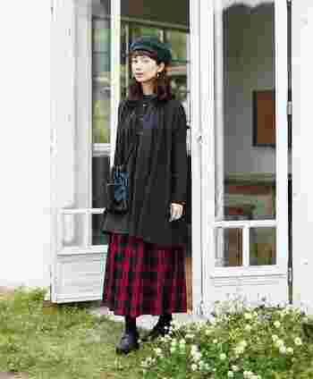 チェックスカート意外は黒でまとめてシックな装いに。大人っぽくクラシカルな雰囲気が秋らしいスタイルですね。