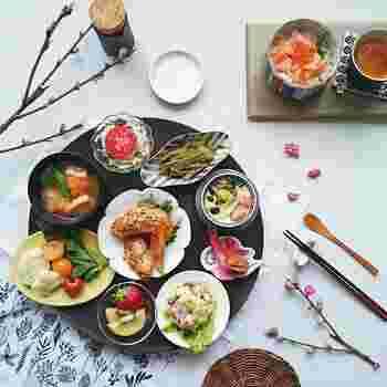 もう少し大きいトレイなら、こんなにたくさんのお皿や小鉢を並べられます!食卓にランダムに並べるよりも、見た目がずっと華やかになりますね。そして、ご飯とお茶は別のトレイに。2種類のトレイを組み合わせて使うテクニックです。