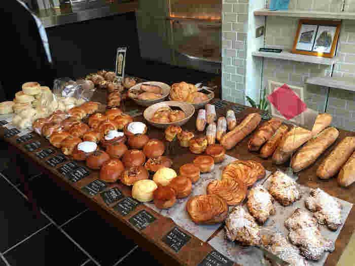 小腹が空いたら、読書のお供にパンはいかがですか?小麦はオーガニックのものを使用し、ハード系のパンと季節のフルーツを使用したパンが人気です。もちろんお持ち帰りもOK!