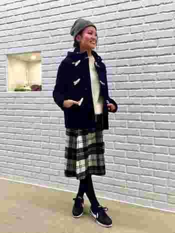 ショート丈はスカートにもぴったり。