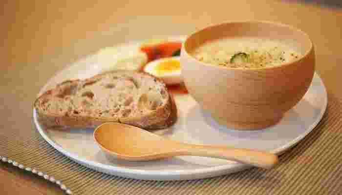 スープをよそえば、木にじんわりと温かさが伝わってきて心もほっこり。お味噌汁などの和食はもちろんのこと、洋風のスープにも良く合います。