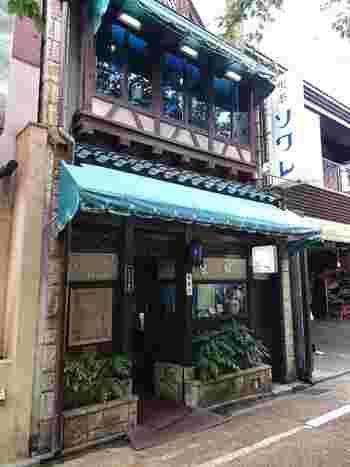 京都の繁華街木屋町にある昔ながらの佇まいを残した「喫茶ソワレ」。店内は椅子や机・使われている食器類から飾られている絵画に至るまで昭和にタイムスリップしたような素敵な空間が広がっています。