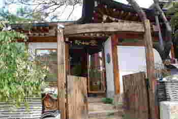 続いてご紹介するのは、仁寺洞の近くの「三清洞(サムチョドン)」「北村(プッチョン)」というエリアにあるカフェ「チャマシヌントゥル」です。このエリアには約900もの韓屋が立ち並び、仁寺洞よりもさらにノスタルジックでレトロな雰囲気が漂っています。