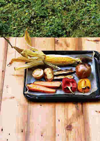 いろんな野菜をまるごとグリルする豪快で贅沢なオーブン料理。玉ねぎなどは皮付きのまま。また、パプリカやなすなど柔らかいものは、短めに焼きます。