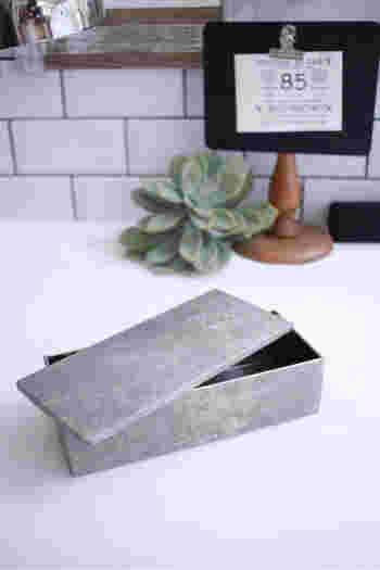 好きなマスキングテープを全面に貼ってお菓子箱をリメイク。このマステはなんと錆柄だそう。カッコいいですね。