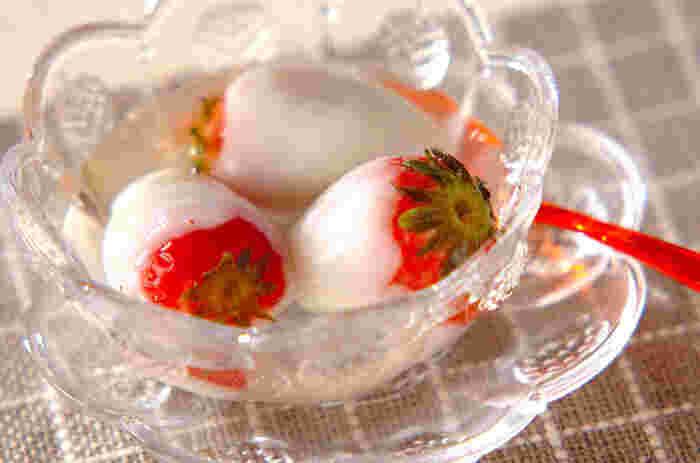 見た目のインパクト抜群な「イチゴ白玉」はいかが? 練った白玉粉でイチゴを包んだら、丸ごと茹でてつくります。冷たく冷やしたシロップにつけて召し上がれ。 ○●○ 【材料】 イチゴ 12個 白玉粉 120g 水 100~120ml  <シロップ> 水 200ml 砂糖 80g レモン汁 大さじ1