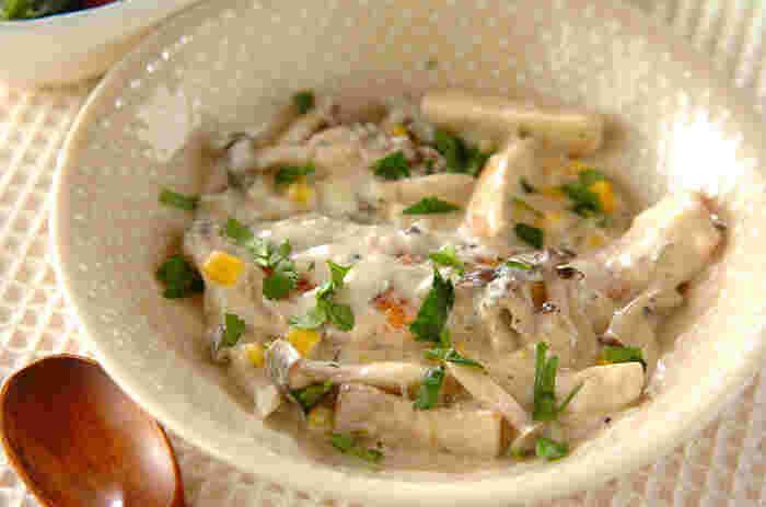 鮭ときのこと缶詰のコーンを合わせて。ソースには冬に甘味が増す白ネギ、そして風味づけにピクルスを使った味わい豊かな一品です。