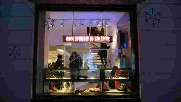 数年前に起こった、パリでの編み物ブーム。これまで、編み物文化が栄えてきたヨーロッパですが、近年はちょっと古臭いイメージで若者には不人気でした。それが、パリの有名セレクトショップ「colette(コレット)」がウールアンドザギャングのアイテムを紹介したことにより、一気にブームに。
