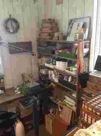 まさに作家さんの仕事場といった雰囲気のあるアトリエ空間。 作業台や収納棚、小物入れなどの色のバランスを良くすると、モノが多くてもまとまりのある空間になります。