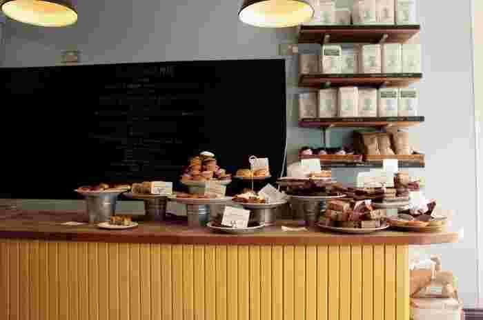 最近耳にすることの多いこの言葉は、フランス語です。表記は「Boulangene」で「パン屋」という意味です。  フランス語の表記にすれば、どんなパン屋でも「ブーランジェリー」になれると思われがちですが、実は本場フランスではきちんとしたルールが定められています。  そのルールとは、「職人さんが店内で粉から生地を作り、その生地を焼いたパンを売る」というもの。たくさん作って売るお店も多いなか、このルールはかなり厳しいですよね。  ですが、条件をクリアしたからこそ名乗れる「ブーランジェリー」は、パン職人の誇りです。