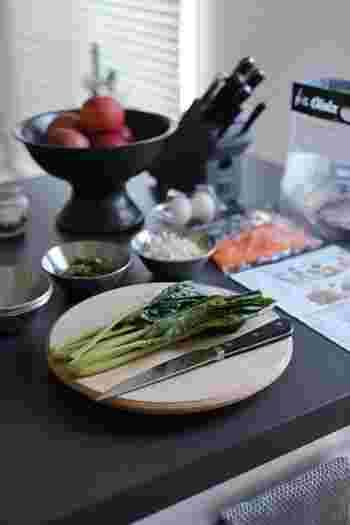 ほうれん草や小松菜、ブロッコリーなど下茹でが必要な野菜はさっと茹でるところまで終わらせておくと、お料理の幅が広がります。10分でゆで終わるようにするには、野菜を洗う前にお湯を沸かし始めるのがポイントです。