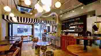 カフェの内装は、シンプルかつ温かみのあるインテリアで入りやすいです。アンティークの家具が素敵!