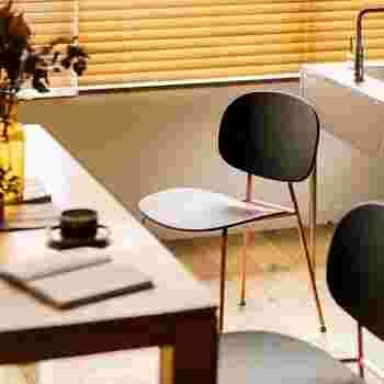いすの座り心地は、以下のようなことに大きく左右されます。  ・座面の高さ、奥行き ・傾斜角度 ・背もたれの位置  特に背もたれは座り心地に大きくかかわる要素。角度や寸法などにより、先ほどご紹介した「作業いす・軽作業いす・軽休息いす・休息いす・まくら付休息いす」の5種類に分けられます。