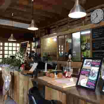 店内は木材で溢れており温かな雰囲気に癒されます。ちらりと見えるキッチンの中まで、抜かりなくおしゃれなデザインですよね。