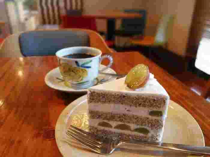 落ち着いた色調の店内でいただく、美味しいコーヒーとケーキ目当てに遠くから訪れる客も多いそう。ケーキもすべて手作りでテイクアウトもできます。