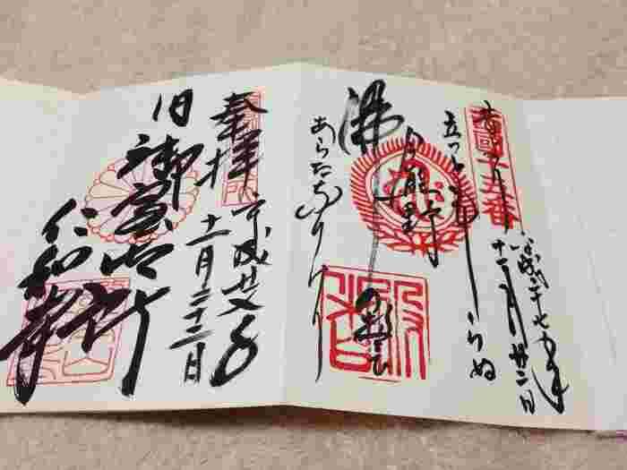 御朱印とは元来、参拝者が写経をし寺に納めた際にいただく印でした。現在では納経しなくても、神社仏閣でおまいりした証しにいただくことができます。 美しくありがたい仏像をお参りし、参拝の記念に御朱印をいただく。黒々と墨書きされた毛筆の文字は見事で、まるでアート。