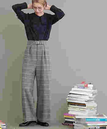 ハンサムなチェック柄のワイドパンツ。男性らしくなり過ぎないよう、トップスは大きな襟つきブラウスでフェミニン要素を足し算。