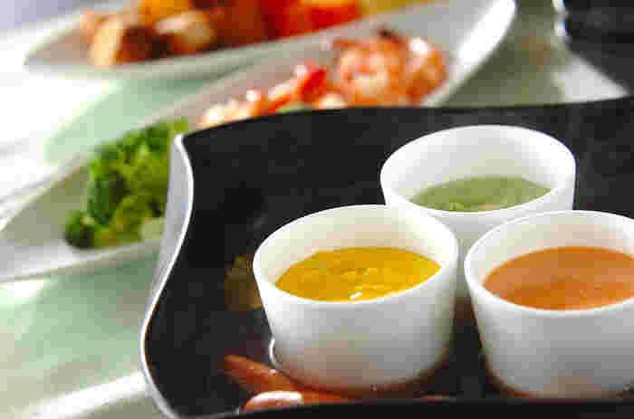 トマト、カボチャ、バジルと、3つの味を楽しむチーズフォンデュ。赤・黄・緑の3色で、テーブルもカラフルになります。