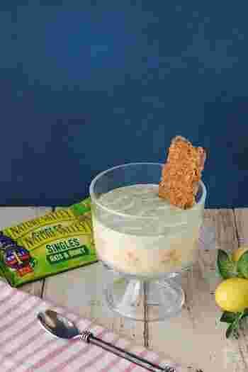 こちらは、バナナと小松菜とヨーグルトで作るスムージーのレシピです。バナナと小松菜は下ごしらえをしてから、あらかじめ冷凍しておきましょう。別にバナナを輪切りにして器のサイドに並べると、食べ応えと見た目がアップします♪シリアルバーは、お好みのものを使っても良いでしょう。