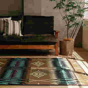 い草というと、夏の日本の定番ですね。こちらはソファにも合うように作られたい草のラグ。い草の涼やかな質感と香りはそのままに、マニッシュなソファにもよく合う柄が施されています。アジアンな風合いを取り入れつつ、洋室のインテリアともマッチするアイテムです。