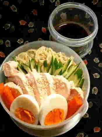 カオマンガイ風の冷やし中華も、楽しいランチになりそう。お米を鶏のゆで汁で炊くカオマンガイと同じように、鶏の出汁で麺をゆでます。お弁当にも。