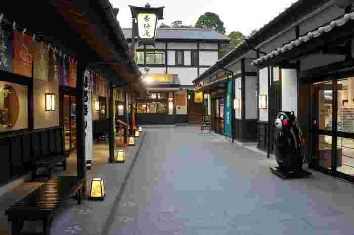 城彩苑内は、まるで城下町にタイムスリップしたかのような雰囲気。熊本のグルメやお土産がたくさんあるので、お店を見てまわるのも楽しいですよ♪