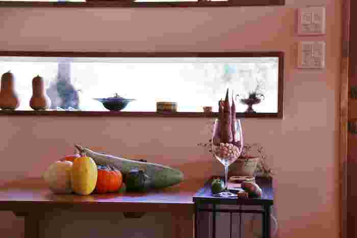窓から入る優しい光が心地よい空間で提供されるお料理はランチ、ディナー共にコース料理のみ。