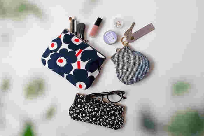 アイテム別にポーチを使って、バッグの中を整理するのもおすすめです。バッグインバッグよりも自由にたくさんのアイテムを入れることができます。中に入れるものに合わせて、ポーチの大きさもぴったりのものを選ぶと無駄な空間を使ってしまうこともありません。