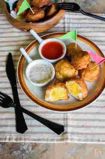 ホットケーキミックスに絹豆腐を混ぜ合わせたふわふわの生地で、ジャガイモを包み揚げ焼きに。ソースはマヨネーズベースとケチャップベースの2種類で楽しんで。
