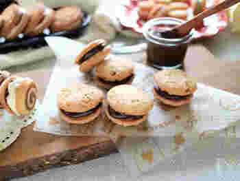 レンジでできる濃厚なチョコクリームを挟んだアーモンドクッキー。クッキーだけですとカジュアルなイメージですが、チョコクリームをたっぷり挟むことでおしゃれな雰囲気になります。