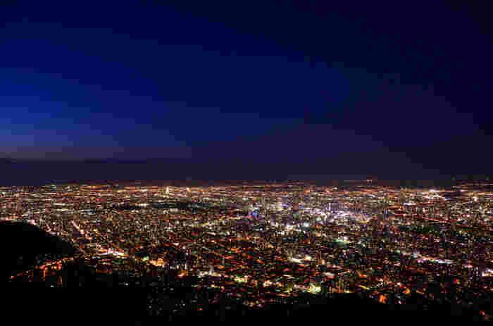 神戸・長崎とならんで「日本三大夜景」に選ばれた、札幌・藻岩山の夜景。標高531mの頂上からは札幌の市街地を一望。遠くは夕張山脈方面まで見渡すことができます。360度パノラマで広がるスケールの大きな夜景は北海道ならでは。ロープウェイで簡単に登れるので、ぜひ体験してみてくださいね。