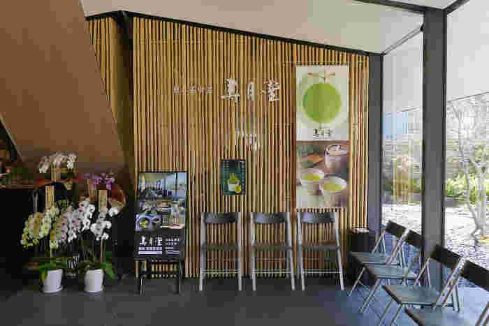 築地市場から、歩いて約10分ほどのところにある歌舞伎座タワー内にある「寿月堂」。創業安政元年の老舗丸山海苔店が、日本茶の美しさを世界に伝えるためにオープンした日本茶専門店です。