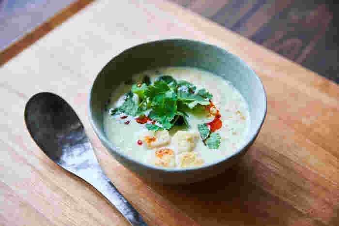干しエビやザーサイ、パクチーなどを使って、アジアンテイストな豆乳スープ。器に材料を入れて混ぜたら、沸かせた豆乳を入れれば完成。5分で仕上がるので、忙しい朝にはぴったりですね。仕上げに大きめのクルトンをたっぷり浮かべて。