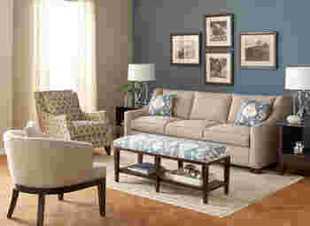 ブルーグレーだけだと冷たい雰囲気になりますが、ベージュや白など柔らかな色を合わせると軽やかな印象に。