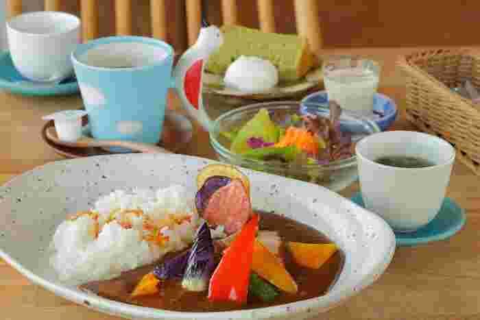 海音の店主様は、カフェを開設する前に東日本大震災がきっかけで宿が被害を受けてからとても苦労され、その時に茨城の良さに触れ、茨城の魅力を活かして伝えていくことを決心されたそう。そして、茨城県の海・野菜・地魚・陶器(笠間焼)など、地元の良さをぎゅっと詰め込んだ「海音(シーネ)」を作りました。そんなお店の深い思いが込められたお食事は、まさに茨城への愛に溢れています。彩りも美しく、器もかわいらしいです。背景を知ると、また違った気持ちで味わえますね。