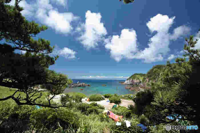東京都にある神津島、式根島をご存知でしょうか。神津島は東京から大型船/ジェット船を利用、もしくは飛行機を利用してもアクセスできる島です。式根島は、新島へ飛行機で行き、そこから連絡船を利用するとアクセスできます。海や温泉、自然を満喫できる東京都のおすすめの離島へ、ショートトリップをご案内します。