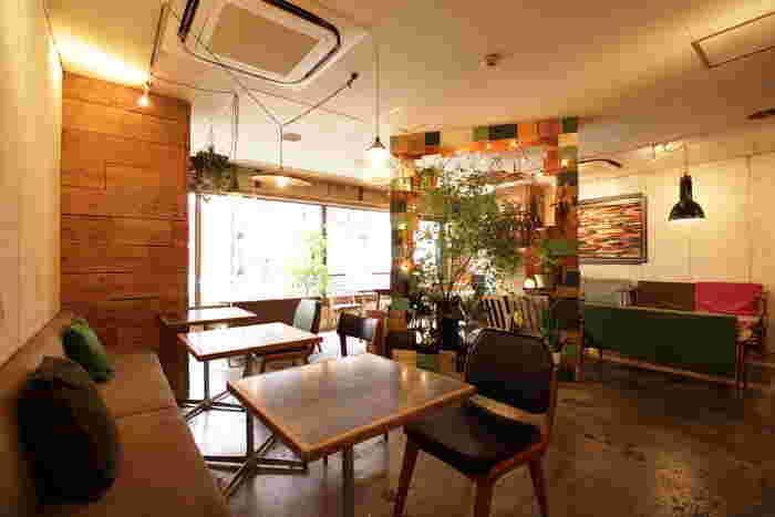 新宿三丁目駅から3分ほど歩いたところにある、サロカフェはアンティーク家具が配置されたおしゃれな内装です。レンタルギャラリーとしての面もあるので、アートに包まれながらゆっくり過ごせます。